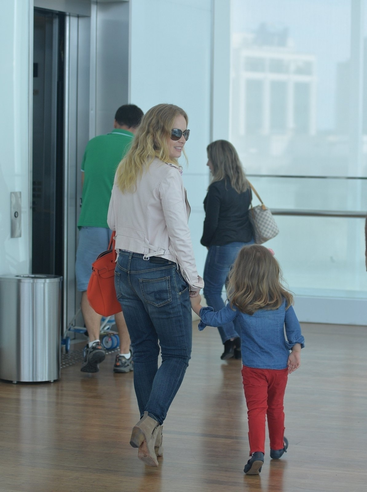 14.mai.2016 - A apresentadora Angélica levou sua filha caçula, Eva, 3, para passear em um shopping no Rio. Mãe e filha aproveitaram a tarde deste sábado para curtir uma sessão de cinema