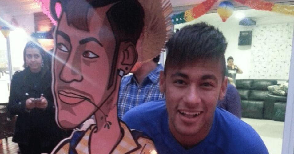 3.jul.2015 - Neymar abraça o totem que decora seu