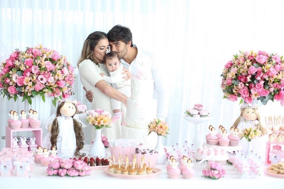 4.jun.2016 - Deborah Secco e Hugo Moura batizaram a filha, Maria Flor, no dia em que completa seis meses. A atriz publicou em seu perfil no Instagram uma foto beijando a bebê ao lado do marido e outra mostrando a decoração da festa: