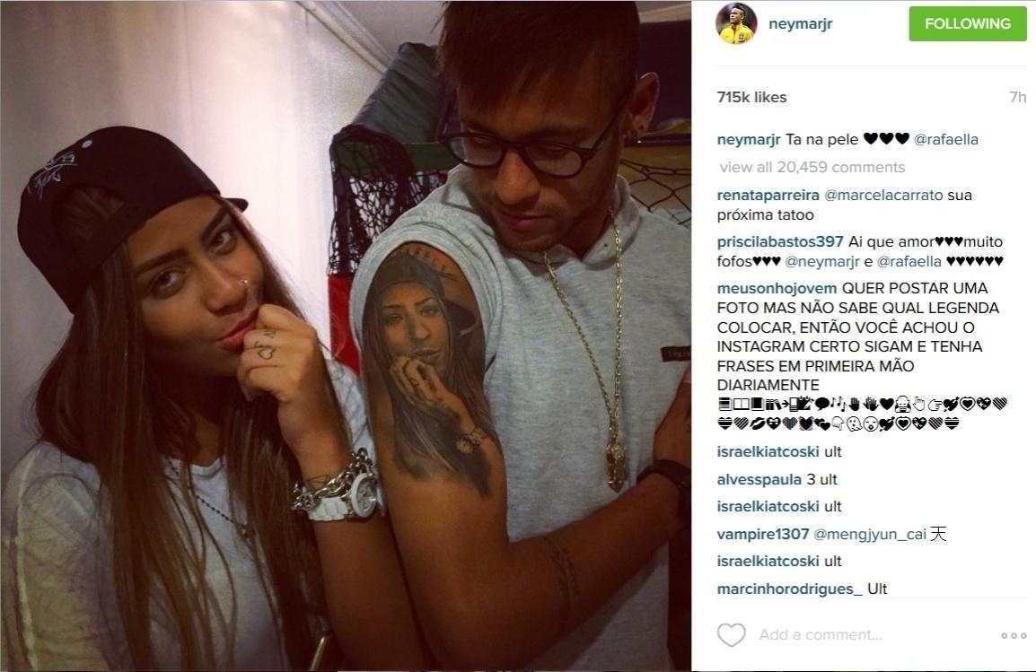 25.jun.2015 - De férias após ser suspenso da Copa América, Neymar exibiu, na madrugada desta quinta-feira (25), a tatuagem que tem no braço em homenagem à irmã, Rafaella Santos.