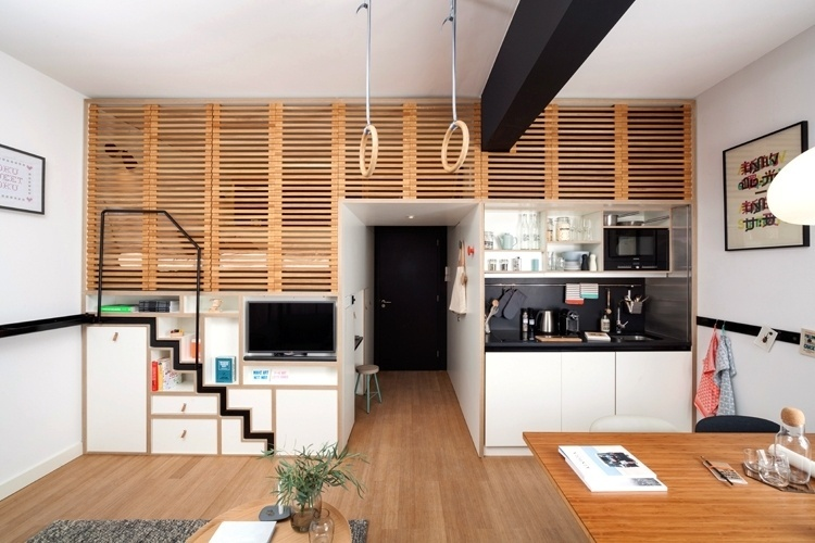 Ao projetar o loft Zoku em parceria com escritório de arquitetura holandês Concrete, os empresários de Amsterdã Hans Meyer e Marc Jongerius propõem uma ideia que se distancia de um quarto de hotel tradicional. O desenho do microapê aproveita de forma inteligente os 24 m², numa disposição funcional e confortável, ideal para quem procura por estadias de longa duração, como os nômades digitais