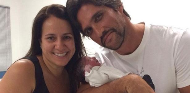 Cantor Léo Chaves com o filho recém-nascido na maternidade