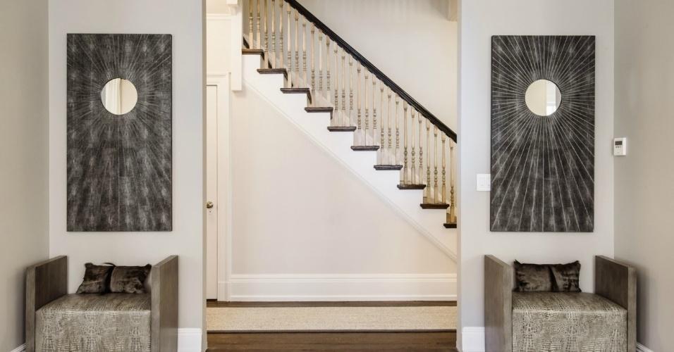 A decoração da cobertura de Uma Thurman, assinada pela designer Maeve Carr, conta com móveis usados em dupla como as poltronas em tons escuros, combinadas aos quadros idênticos. O apartamento da atriz está à venda por cerca de R$ 22 milhões, em Nova York