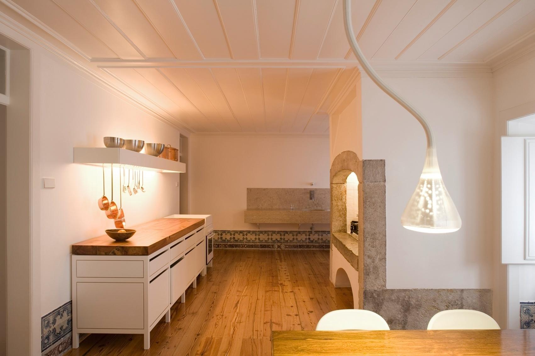 da Casa Maria Borges conta com uma grande mesa de jantar serve como  #C67B05 1701x1134
