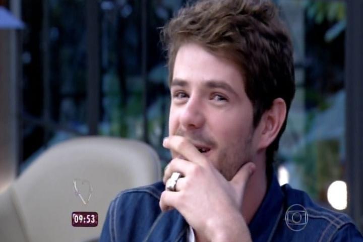 24.jun.2015 - Maurício Destri fica em choque quando sua mãe, Lucrécia Alvez, revela que ele está namorando com Bruna Marquezine no