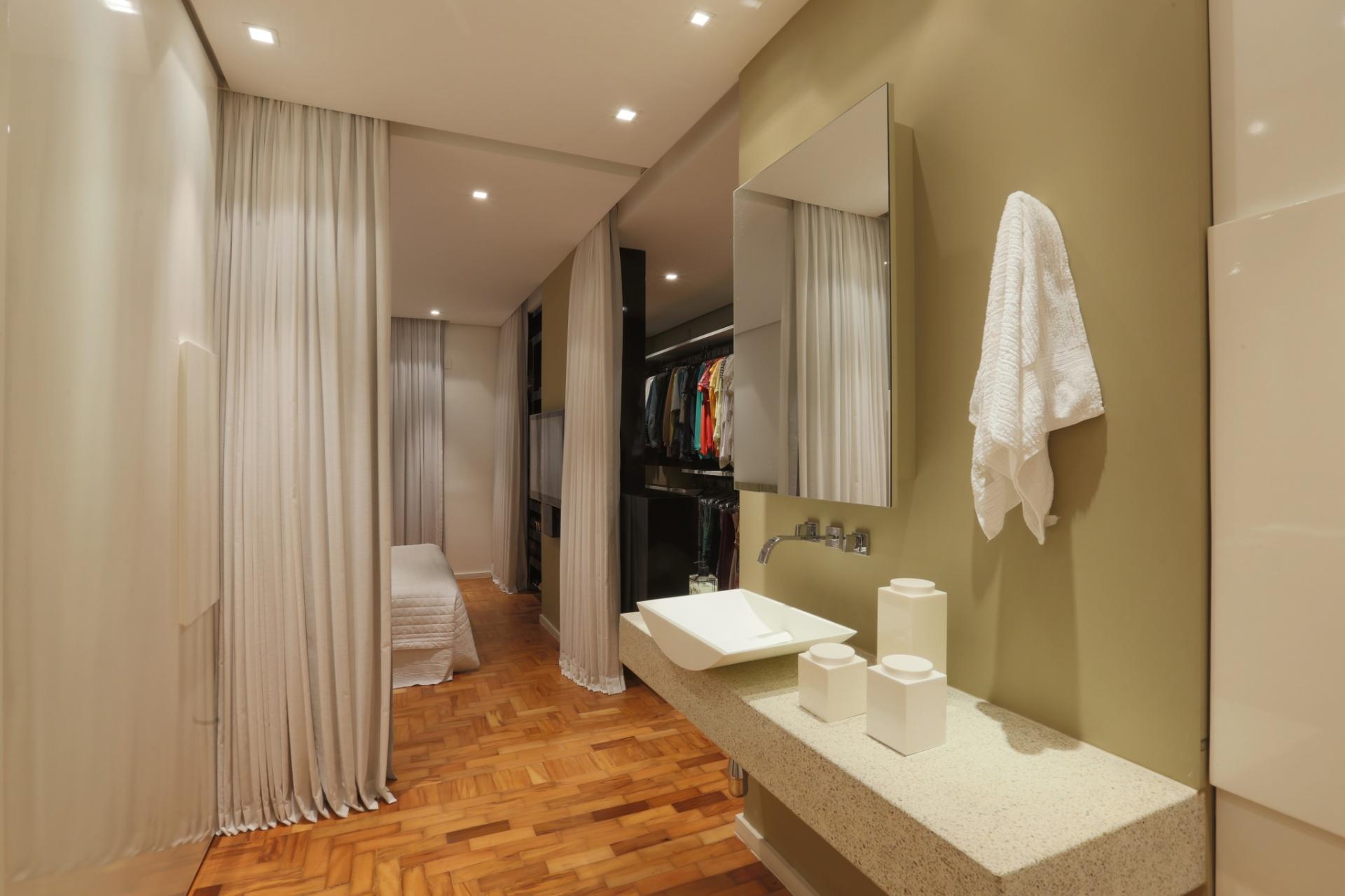 banheiro da suíte possui cubas de Corian sobreposta à bancada de  #B1281A 1920x1279 Banheiro Com Bancada Branca