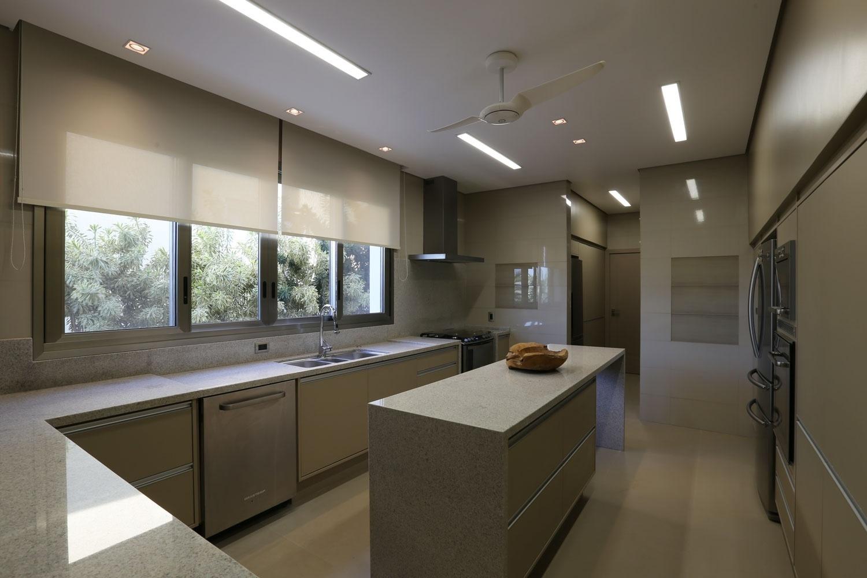 Na cozinha todos os puxadores são de alumínio, 100% reciclados e recicláveis. Os eletrodomésticos têm tecnologia