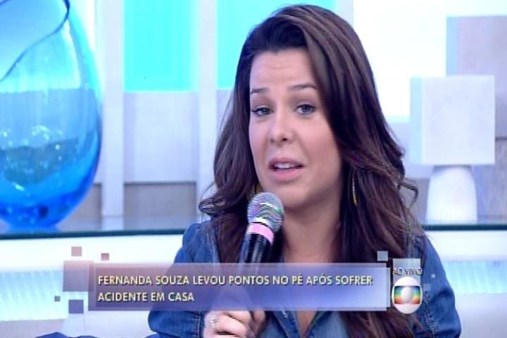 Com o pé enfaixado, Fernanda Souza participa do