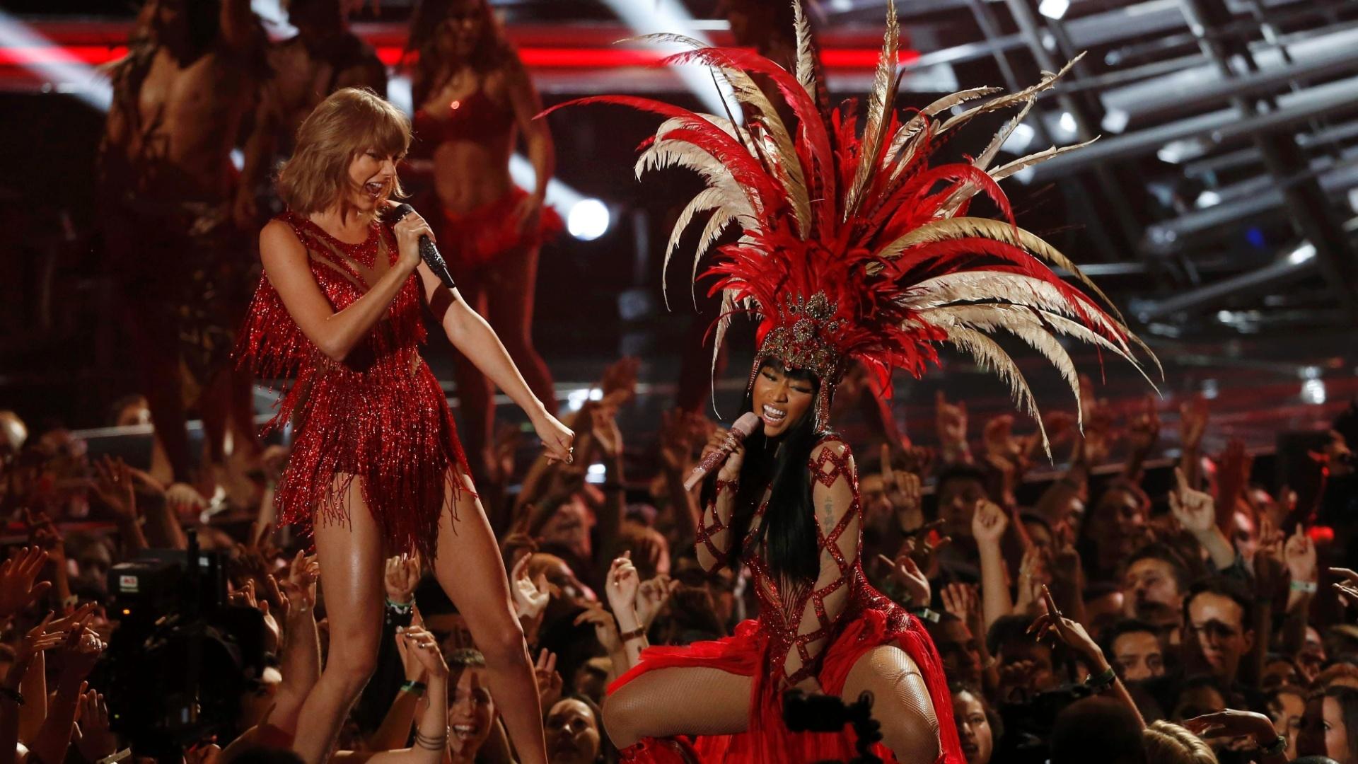 30.ago.2015 - A cantora Nicki Minaj dividiu o palco do VMA 2015 com a cantora Taylor Swift
