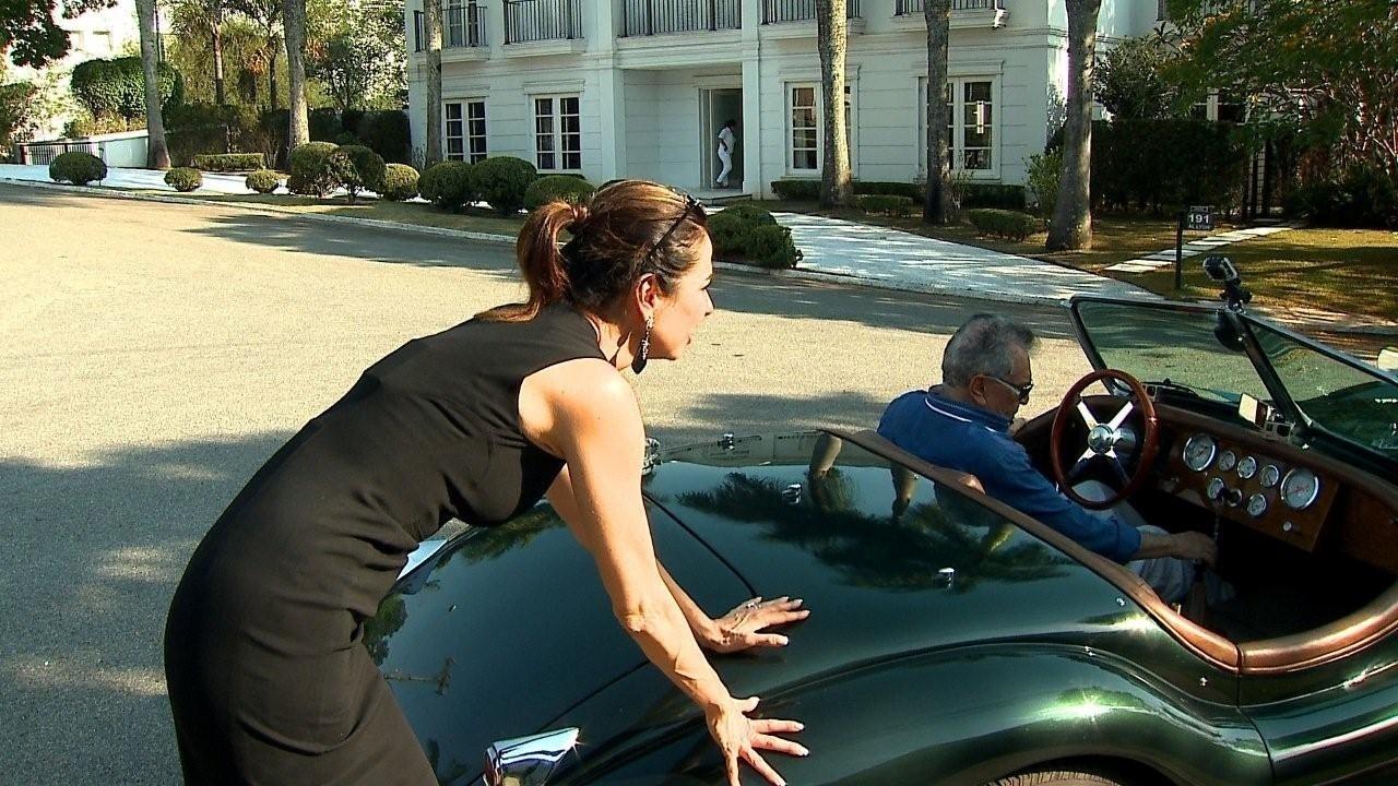 Carro de Carlos Alberto de Nóbrega enguiça, e o humorista pede para Luciana Gimenez empurrar o veículo