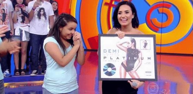 """Na TV, Demi Lovato recebe disco de platina e elogia """"Lovactis"""" brasileiros"""