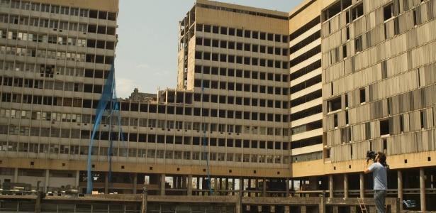 """Cena do curta-metragem """"Homenagem a Matta Clark"""", selecionado no Projeto Rumos 2013-2014, que mostra destruição de uma seção do Hospital Universitário da UFRJ"""