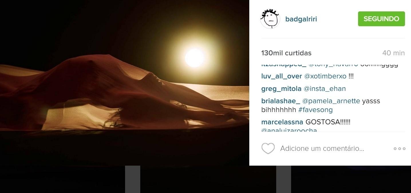 29.abr.2016 - Na noite desta terça-feira, Rihanna postou uma foto no Instagram em que aparece nua coberto por um lençol transparente. A imagem faz parte do novo clipe do hit Kiss it Better, que será lançado oficialmente na quinta-feira