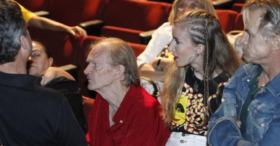 17.ago.2016 - Irmão e sobrinha de Elke Maravilha recebem os cumprimentos no velório que ocorre nesta quarta-feira (17) no teatro Carlos Gomes, no centro do Rio de Janeiro