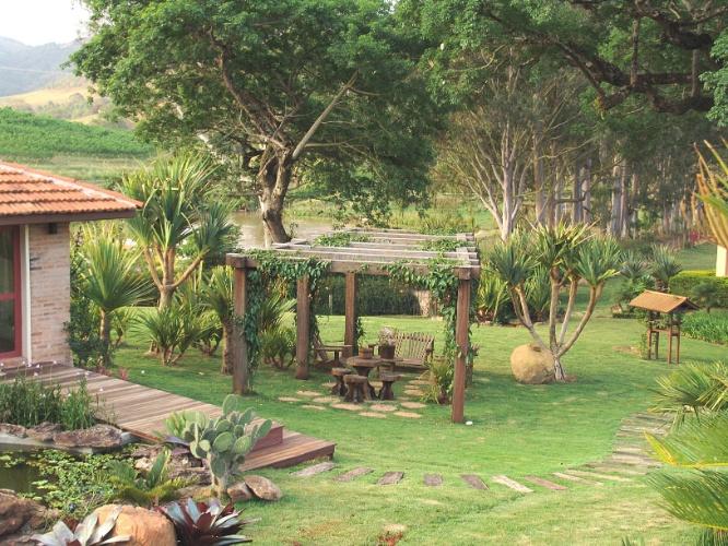 Jardim de fazenda tem fontes, bromélias e cantos para relaxar  BOL