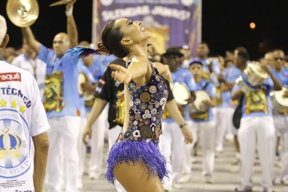 13.dez.2015 - Sabrina Sato, rainha de bateria, participa de ensaio técnico da Vila Isabel, no Rio de Janeiro