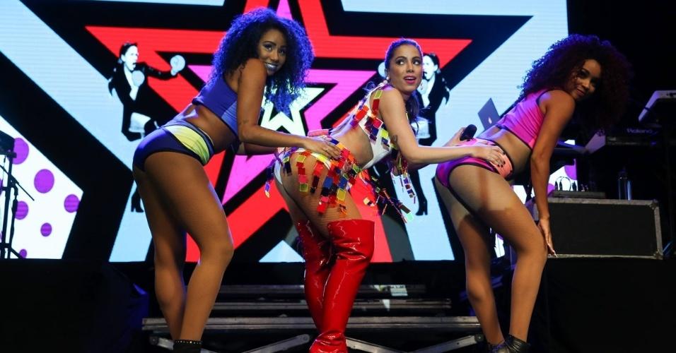 12.out.2015 - Com figurino colorido, Anitta canta e dança sua nova música de trabalho