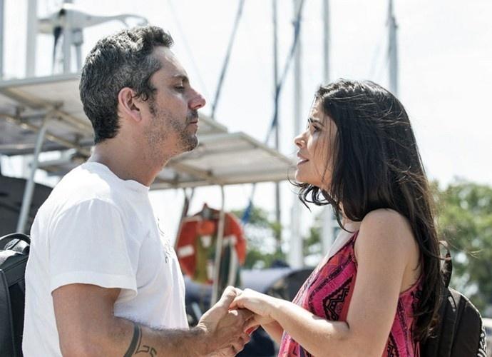 Romero (Alexandre Nero) pede Tóia (Vanessa Giácomo) em casamento em