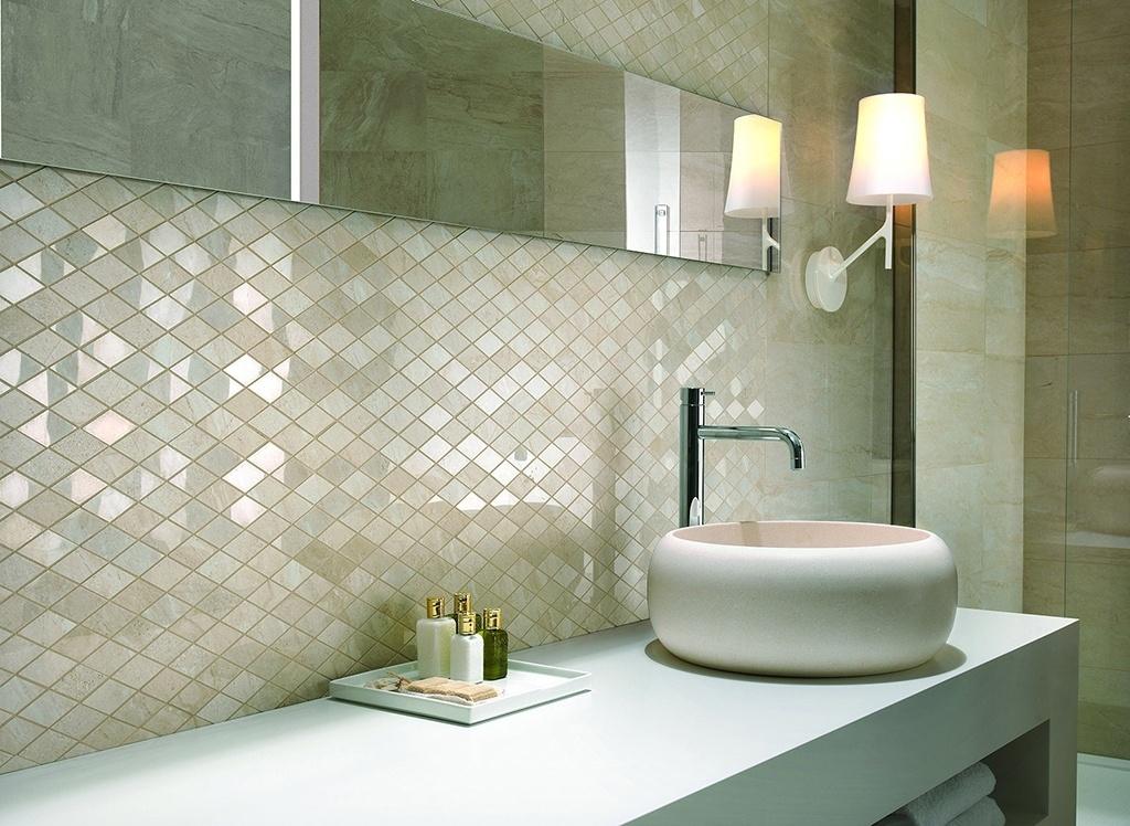 Brilho branco - Um banheiro branco não precisa ser entediante, basta ter criatividade para combinar os materiais. Este ambiente, por exemplo, apresentado no Salão do Móvel de Milão (2014), ganhou um visual chique e feminino graças às pastilhas de porcelana com brilho, que remetem à madrepérola