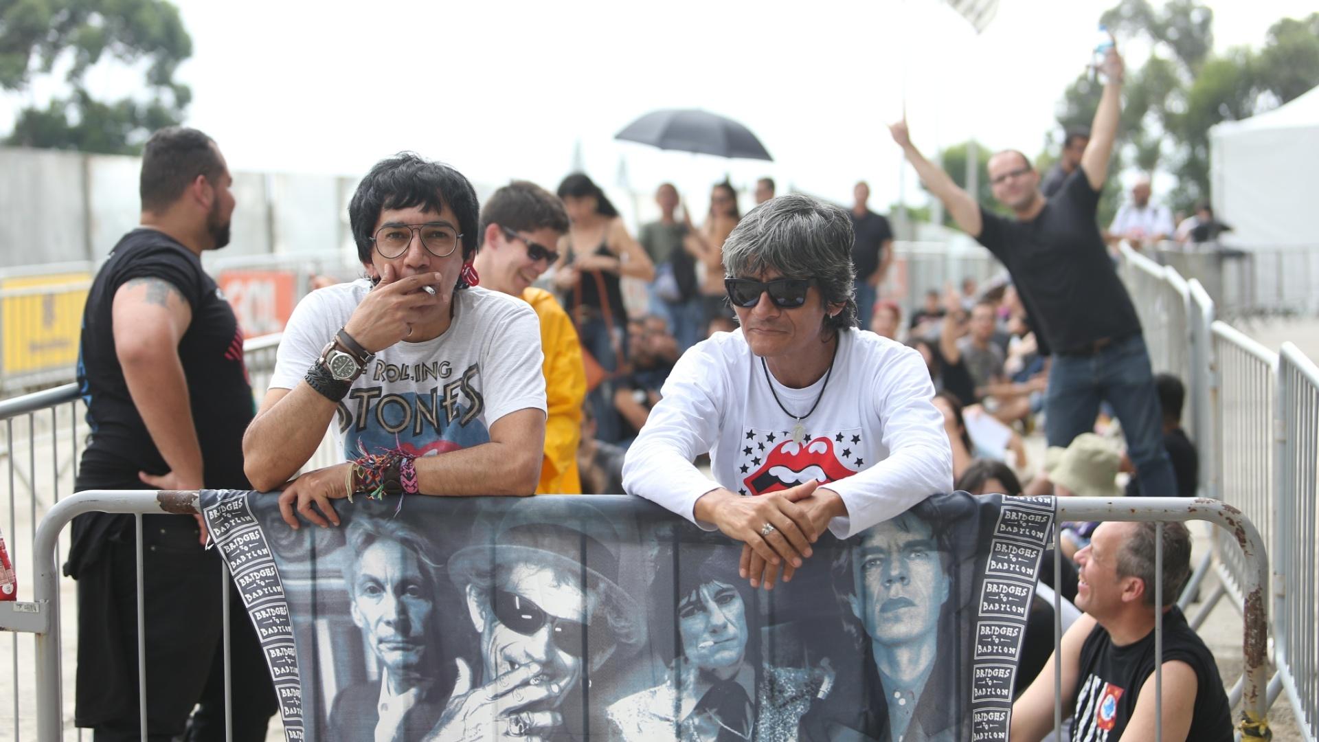 24.fev.2016 - Fãs exibem bandeirão dos Stones antes de entrar no estádio do Morumbi para assistir ao primeiro show da