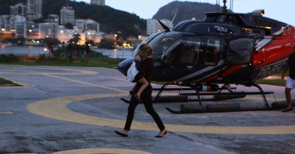 26.jun.2016 - Grazi Massafera é fotografada descendo de helicóptero com Sofia. A atriz teria passado final de semana romântico em Angra dos Reis com o novo namorado e a filha