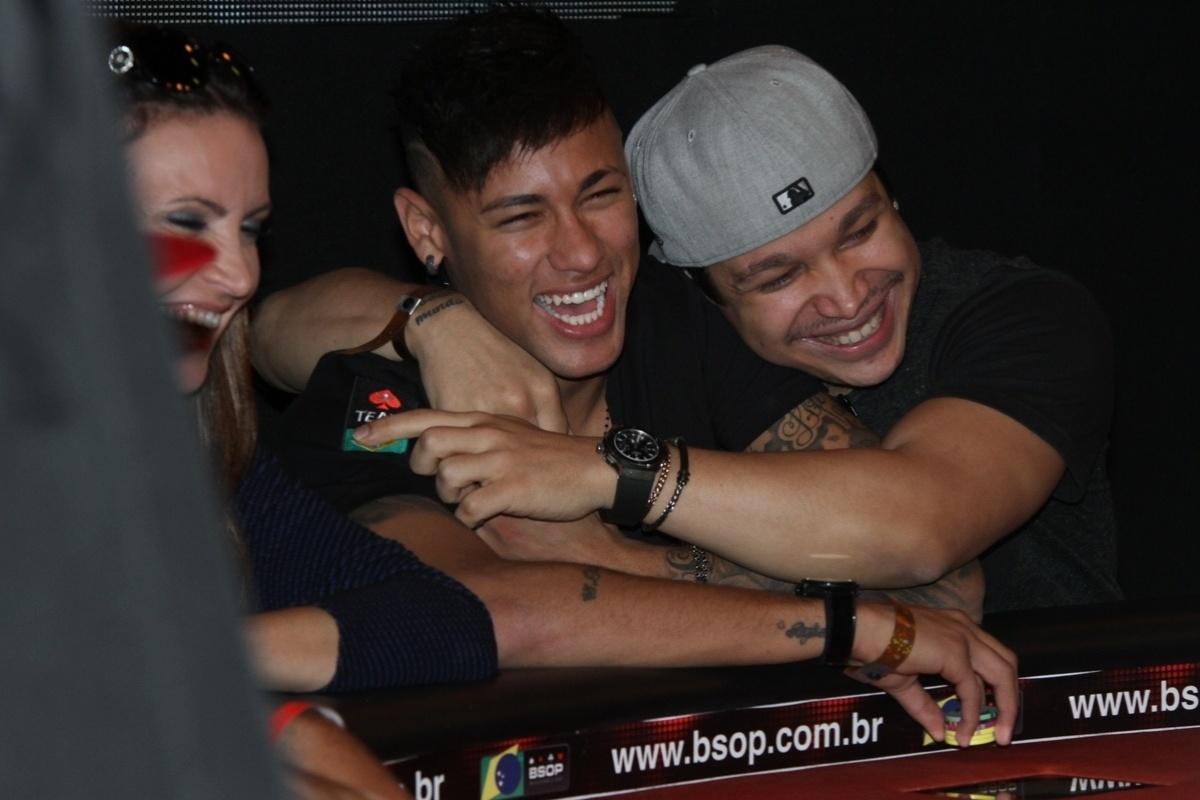 26.jul.2015 - Felipe Mojave, professor de pôquer de Neymar, abraça o jogador durante partida de pôquer beneficente disputada no hotel Holiday Inn