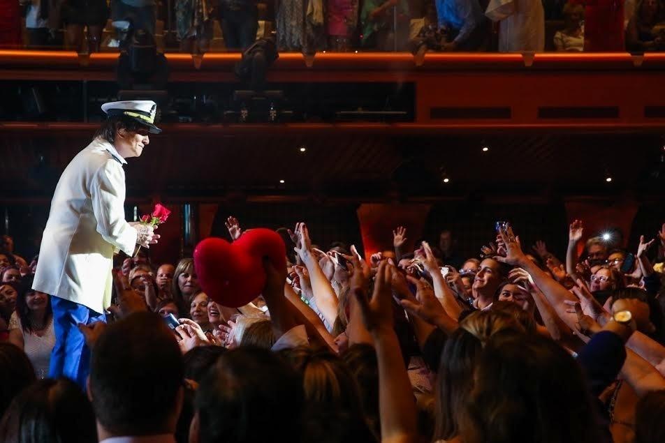 20.jan.2015 - O cantor reuniu uma legião de fãs apaixonadas para se apresentar na primeira noite de espetáculos do cruzeiro
