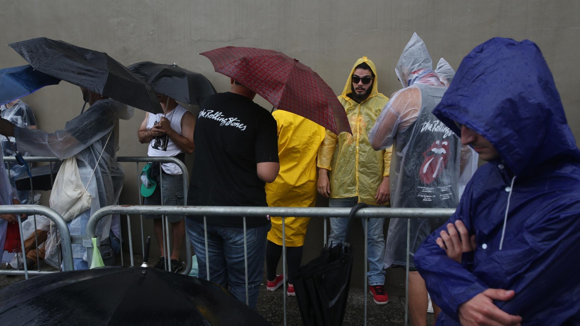 24.fev.2016 - Apesar de aparecer bastante na fila, o guarda-chuva é um dos objetos proibidos dentro do estádio do Morumbi, em São Paulo. Os fãs que quiserem assistir aos Rolling Stones sem se molhar terão de usar capas de chuva.