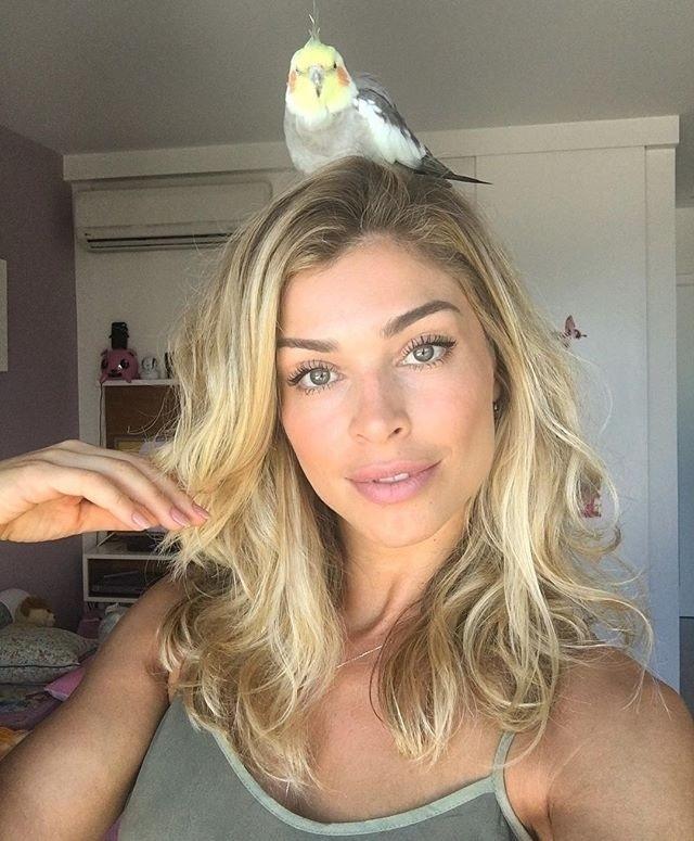 21.mar.2016 - Uma calopsita escolheu a cabeça de Grazi Massafera para posar e ficar quietinha enquanto a atriz fazia uma selfie. A imagem foi compartilhada no Instagram de mãe de Sofia nesta segunda-feira (21) e arrancou risos dos fãs.