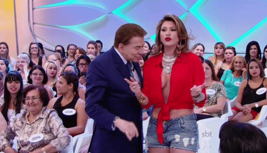 11.out.2015 - Silvio Santos analisa superdecote de Lívia Andrade