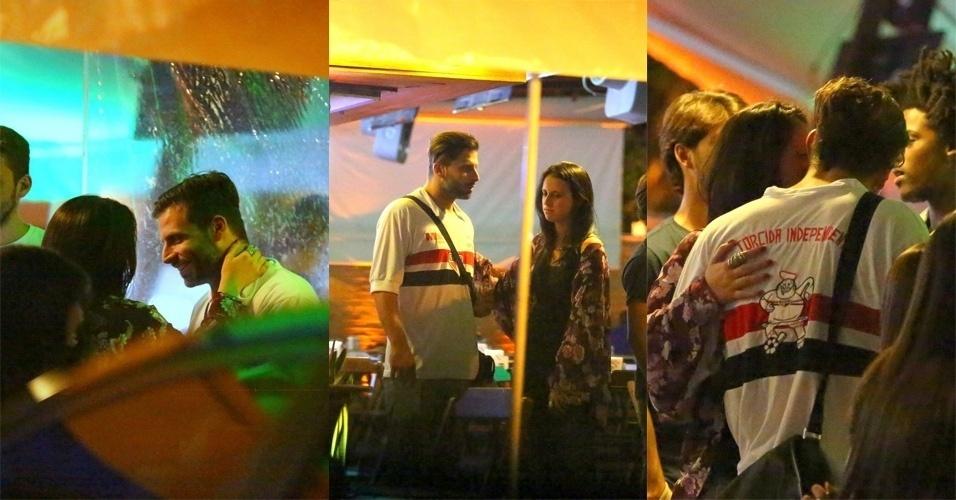 27.out.2015 - Na noite do último domingo, Henri Castelli foi fotografadoem clima de intimidade com uma morena em um bar na Barra da Tijuca, na zona oeste do Rio de Janeiro O ator aparece nas fotos trocando carinho com uma mulher enquanto conversa com amigos