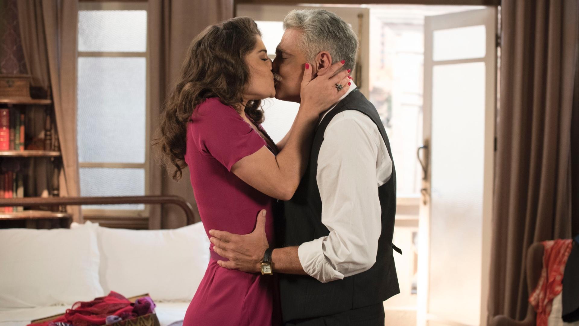 Severo (Tarcisio Filho) e Diana (Priscila Fantin) se beijam em