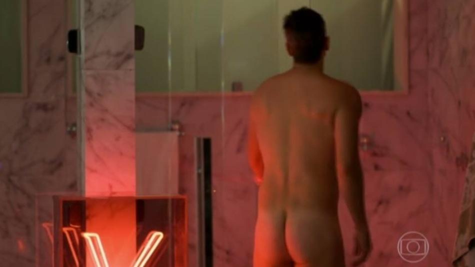 """Anthony (Reynaldo Gianecchini) tira a roupa para tomar banho após ir para a cama com Maurice (Fernando Eiras) em """"Verdades Secretas"""""""