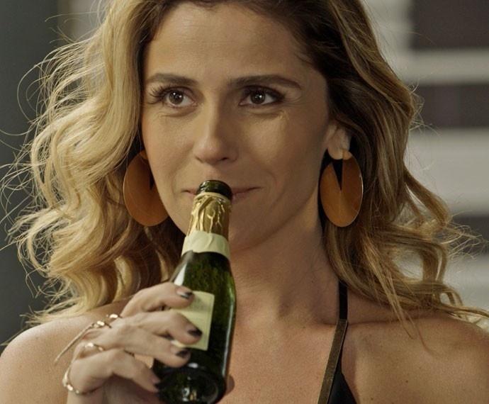 Romero (Alexandre Nero) pede dinheiro emprestado a Atena (Giovanna Antonelli), que faz uma proposta indecente: