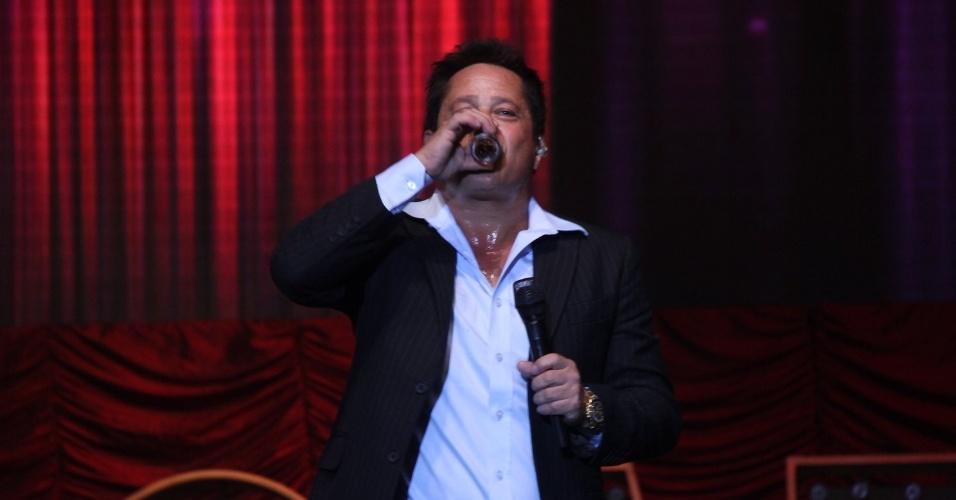 25.jun.2015 - Leonardo toma cachaça durante a apresentação do show performático Cabaré no Barra Music, na zona oeste do Rio de Janeiro, na noite desta quinta-feira