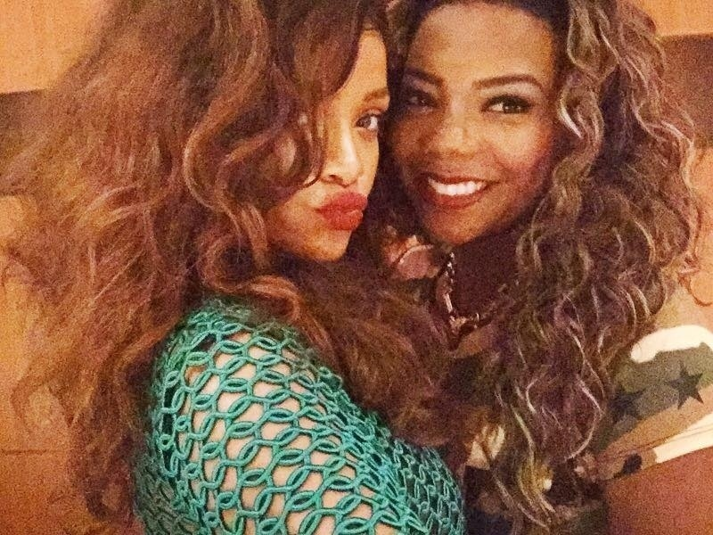 27.set.2015 - Rihanna posa com Ludmilla após jantar com a cantora na churrascaria Fogo de Chão, no Rio de Janeiro. A funkeira postou uma foto com a artista nas suas redes sociais e disse ter adorado encontro.