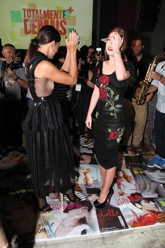 5.nov.2015 - Juliana Paes e Marina Ruy Barbosa dançam na festa de lançamento da novela