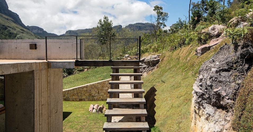 Na foto, em meio à paisagem da Chapada Diamantina (BA), é possível observar a escada de acesso à cobertura (que é usada como terraço), situada na face posterior da construção principal da Casa do Bomba. A residência de veraneio foi projetada pelo escritório Sotero Arquitetos