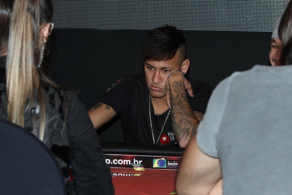 26.jul.2015 - Neymar mostra concentração ao jogar pôquer em torneio beneficente organizado por ele em prol do Instituto Projeto Neynar Jr.