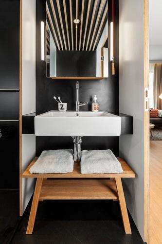 O banheiro é um dos cômodos que ficam escondidos no módulo privado do loft Zoku. Nesse mesmo bloco íntimo estão também o quarto, a mesa de trabalho e as áreas de armazenamento