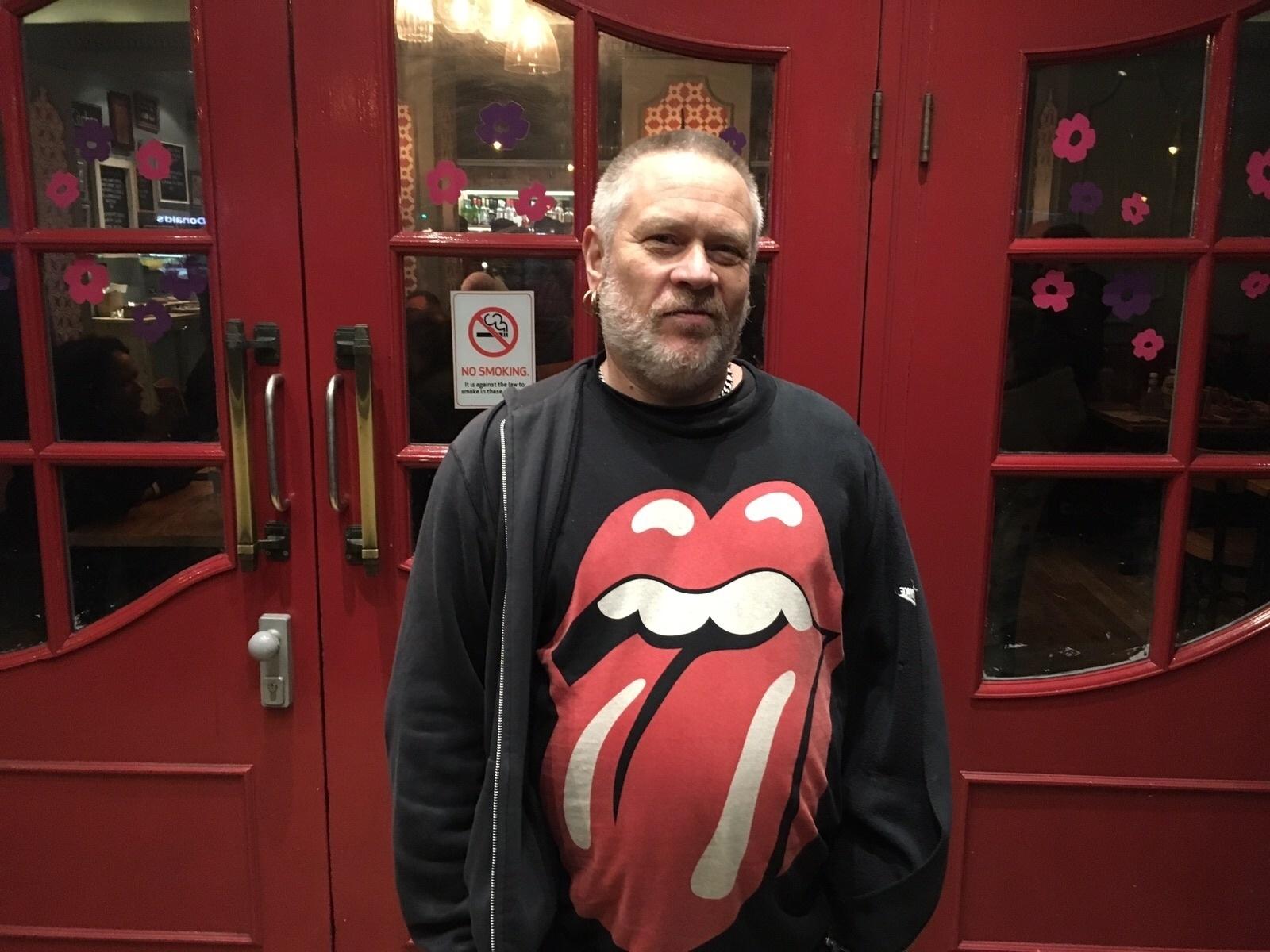 11.jan.2015 - Phil Mark, 54, comparece ao bairro de Brixton, em Londres, para homenagear David Bowie