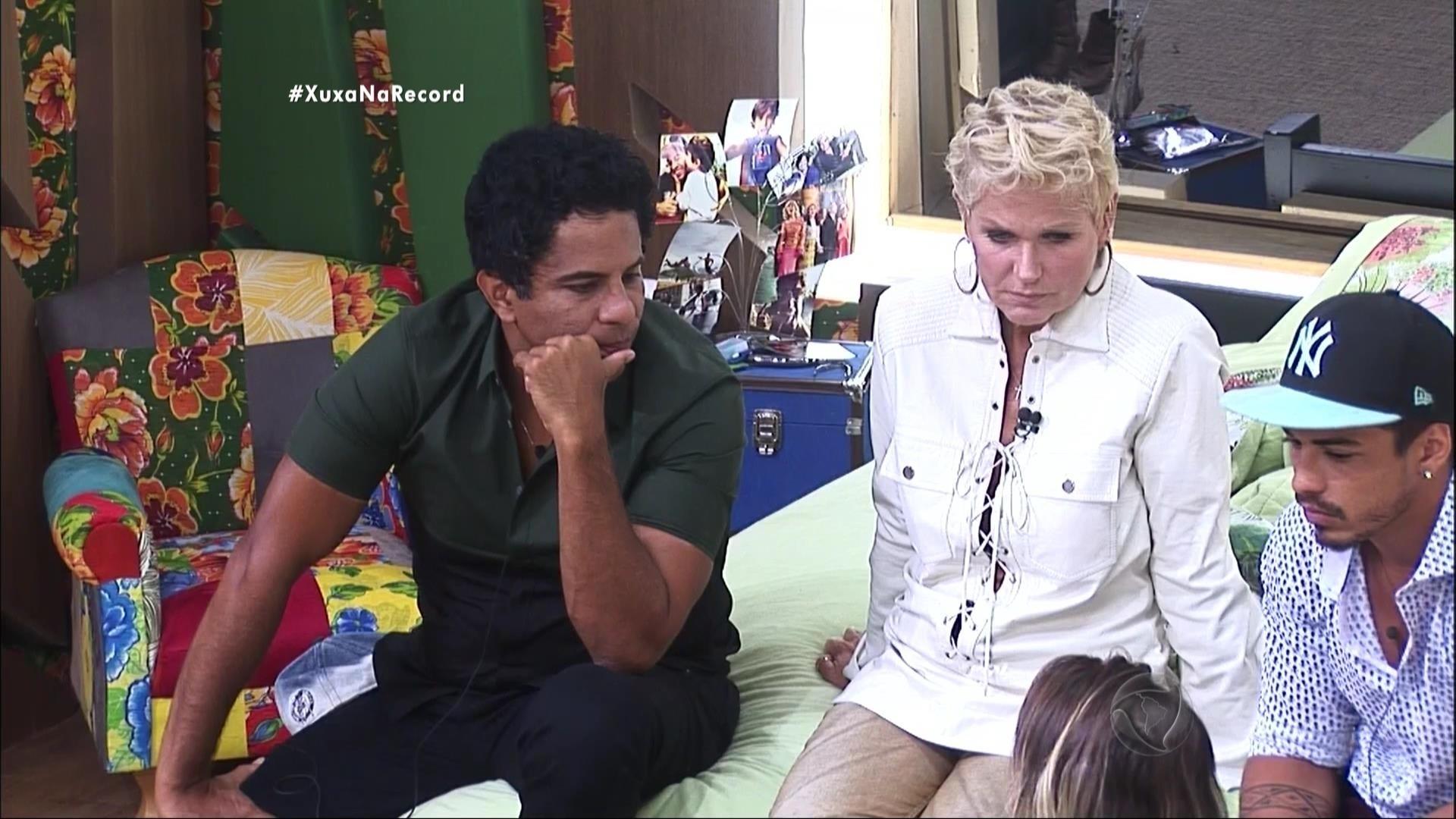 7.dez.2015 - Depois de conversar com os peões, Xuxa disse que tinha uma surpresa para eles