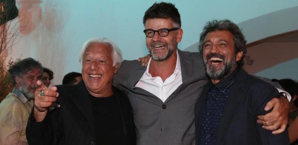 """O diretor de """"Velho Chico"""", Luiz Fernanda Carvalho entre os atores Antonio Fagundes (à esq.) e Domingos Montagner"""