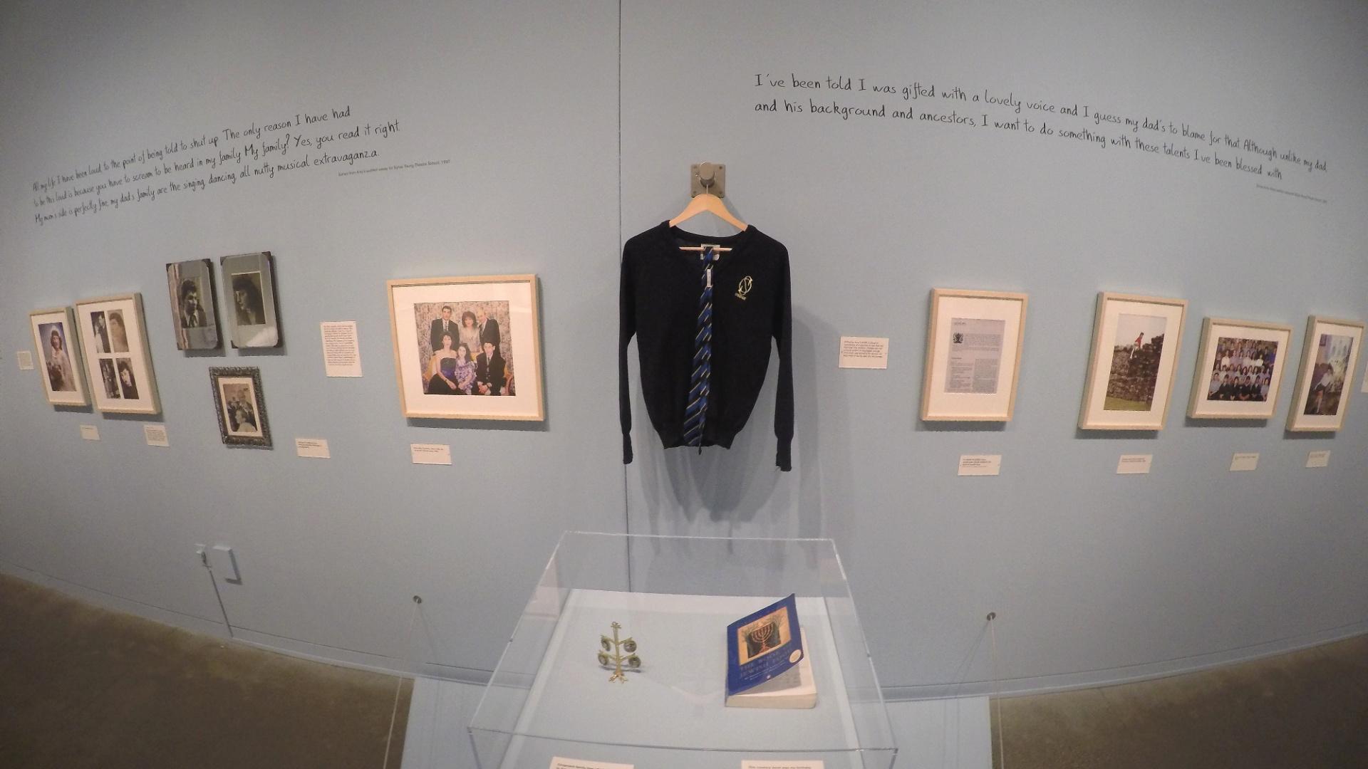 21.jul.2015 - Uniforme de Amy Winehouse na escola primária e livro de receitas judaicas que pertencia à cantora na exposição
