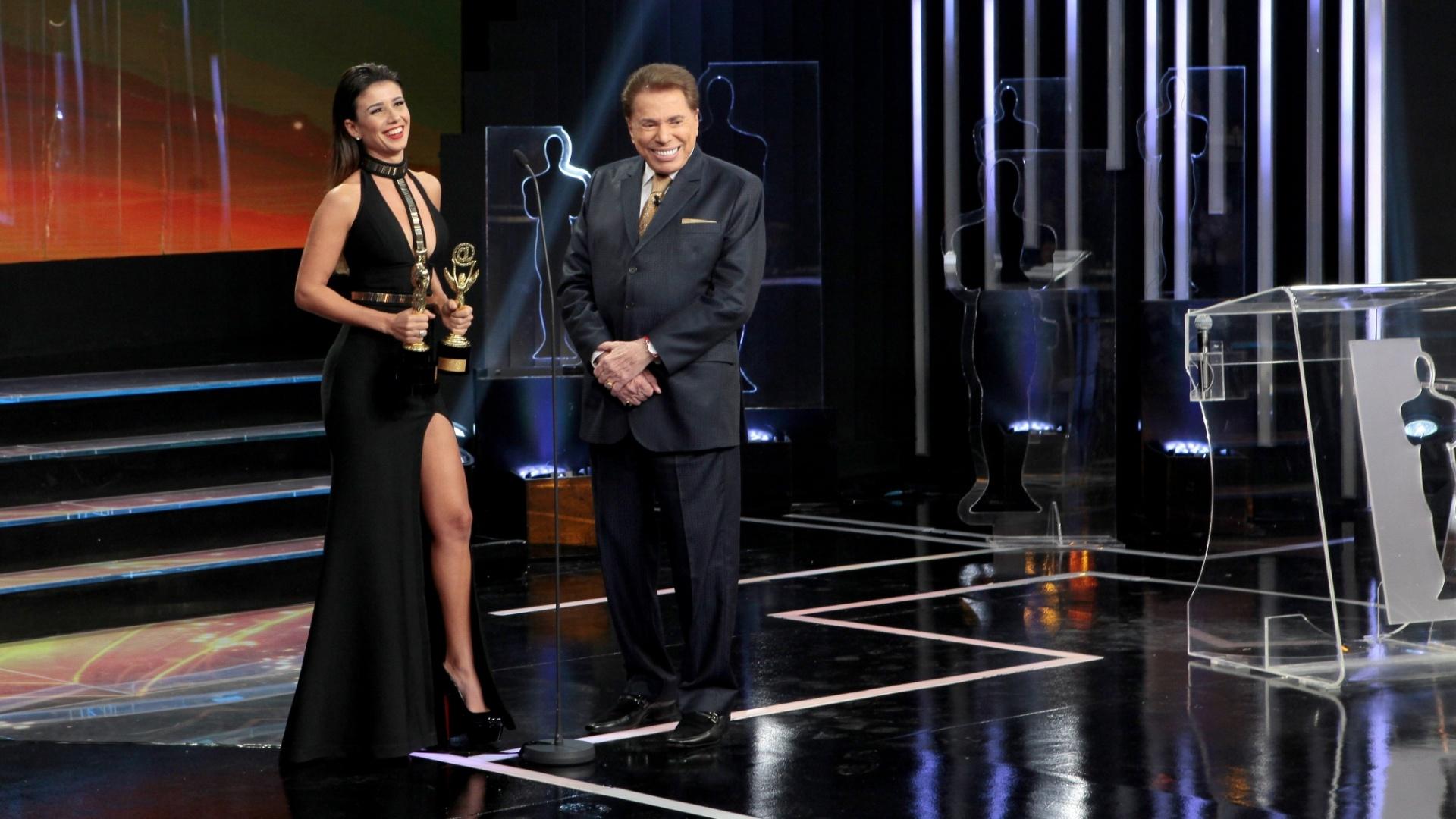 Cantora Paula Fernandes recebe seus troféus na premiação e se diverte ao lado do animador Silvio Santos