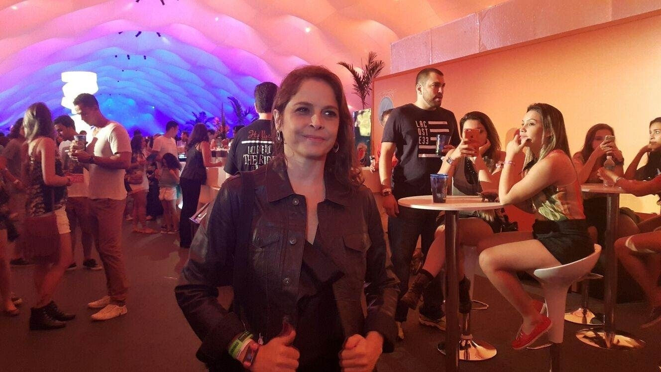 27.set.2015 - Drica Moraes circula pelos camarotes do Rock in Rio no último dia do festival.