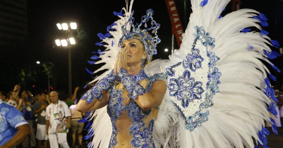 8.fev.2016 - Ana Hickmann, uma das musas da Grandeio, se prepara na concentração da escola de samba, que homenageou Santos