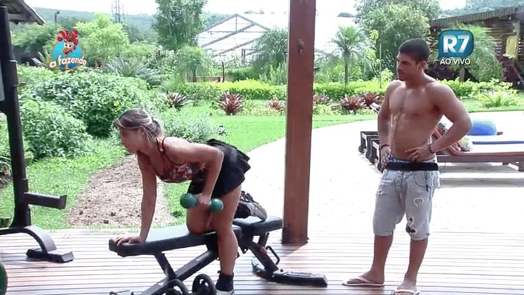 10.nov.2015 - Douglas Sampaio aproveita e dá dicas para peoa de como malhar melhor o braço