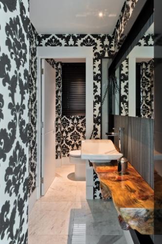 uol decoracao lavabo:tampo usado na bancada do lavabo é de madeira de demolição e foi