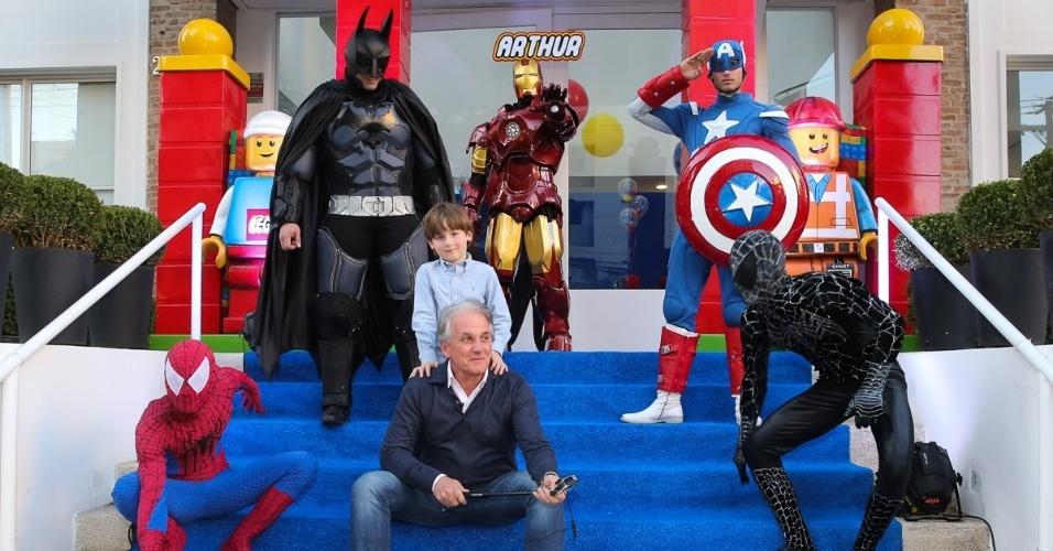 13.ago.2016 - O apresentador Otávio Mesquita leva seu filho Pietro ao aniversário de 5 anos de Arthur, filho de Eliana e João Marcelo Bôscoli